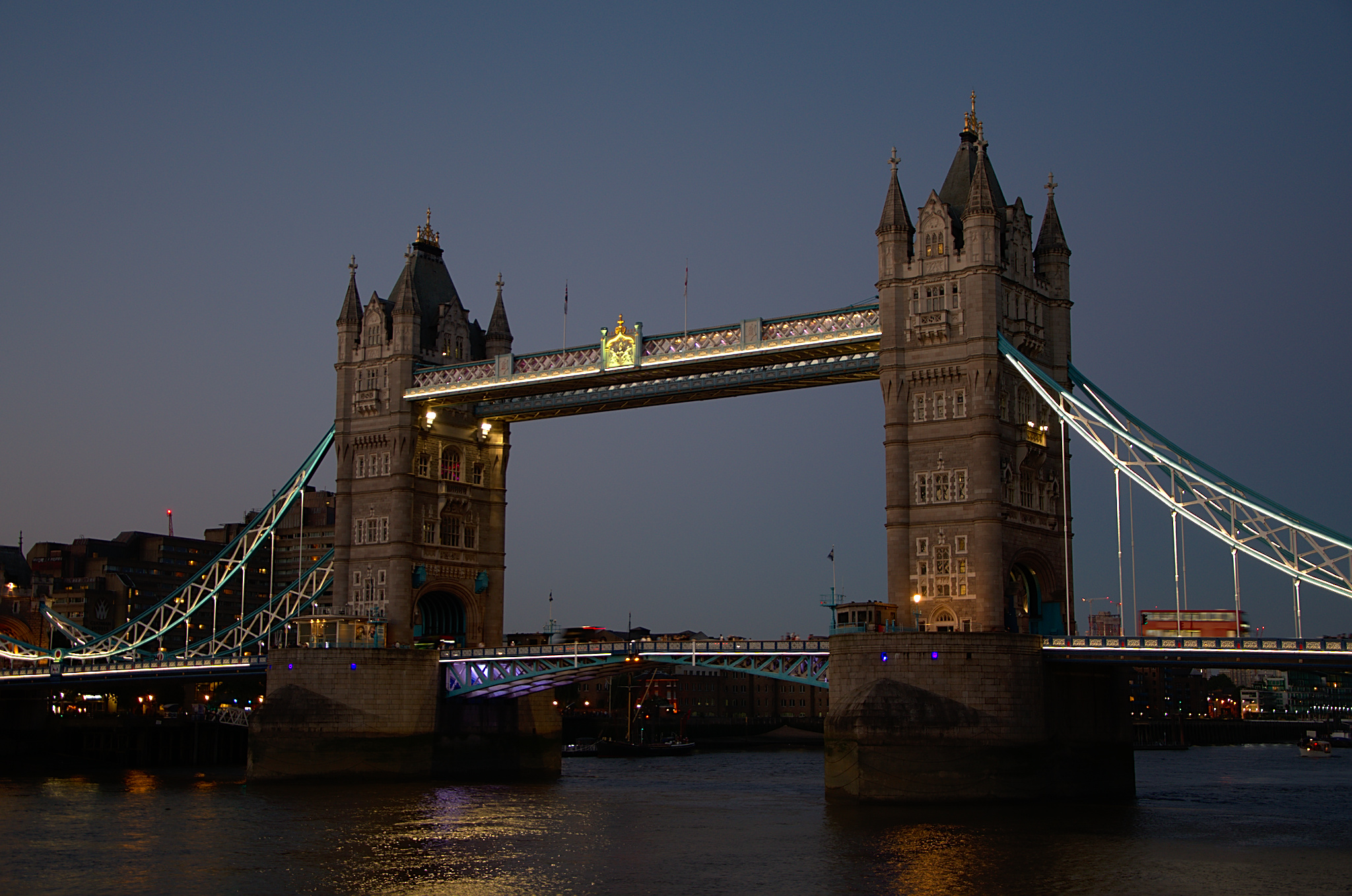 Tower Bridge in London am Abend